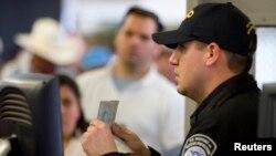멕시코와 국경지역인 미국 캘리포니아주 산 이시드로 시 세관에서 여권 검사를 하고 있다. (자료사진)
