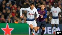 Pemain depan Tottenham Hotspur asal Korea Selatan, Son Heung-min (kiri) berebut bola dengan Arthur, gelandang Barcelona asal Brazil dalam laga penyisihan Grup B antara Barcelona dan Tottenham Hotspur di stadion Camp Nou di Barcelona, 11 Desember 2018.