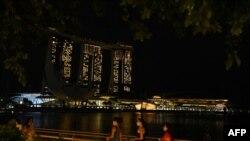 هتل و گردشگاه «مارینا بی سندز» در سنگاپور بعد از خاموش کردن چراغها به مناسبت «ساعت زمین» (خبرگزاری فرانسه)