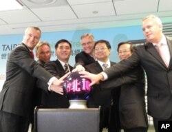贵宾与台北101董事长林鸿明共同按钮点亮大楼LEED灯