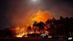 Sebuah trailer traktor milik Dinas Kehutanan negara bagian Florida, terlihat dekat titik panas kebakaran di Walton County, Florida, 6 Mei 2020.