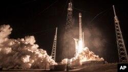 """Tên lửa Falcon 9 của SpaceX phóng đi từ Mũi Canaveral, Florida, mang theo vệ tinh """"Zuma"""", 7/1/2018"""