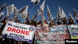 29일 파키스탄 폐샤와르 부족지역에서 이슬람 단체들이 미군의 무인기 공격에 항의하는 시위를 벌였다.