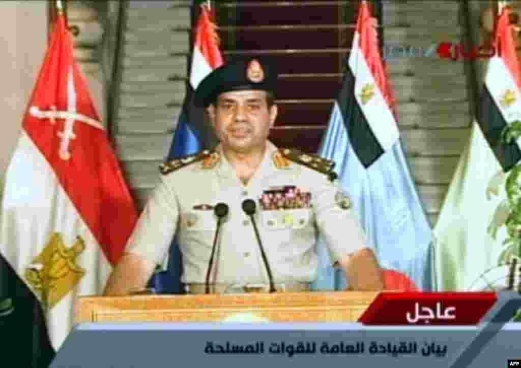 Tổng tư lệnh quân đội Ai Cập Abdel Fatah al-Sisi phát biểu trên truyền hình nhà nước về lộ trình cho tương lai chính trị của Ai Cập, 3 tháng 7, 2013. (Egyptian TV photo)