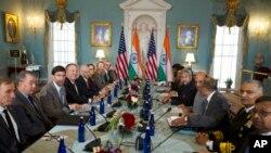 Tư liệu: Ngoại trưởng Mike Pompeo và Bộ trưởng Quốc phòng Mỹ Mark Esper (giữa, trái) và chủ nhà, Ngoại trưởng Ấn Độ S. Jaishankar và BTQP Ấn Độ Rajnath Singh (giữa, phải) trong một cuộc họp song phương tại Bộ Ngoại giao Mỹ ởôWashington, ngày 18/12/2019. (AP Photo/Jose Luis Magana