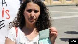 მეუღლე ლეილა მუსტაფაევა აფგან მუხთარლის პასპორტით ხელში