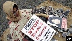 Seorang aktivis HAM melakukan demonstrasi menentang penerapan hukuman rajam di Berlin, Jerman (foto: dok).