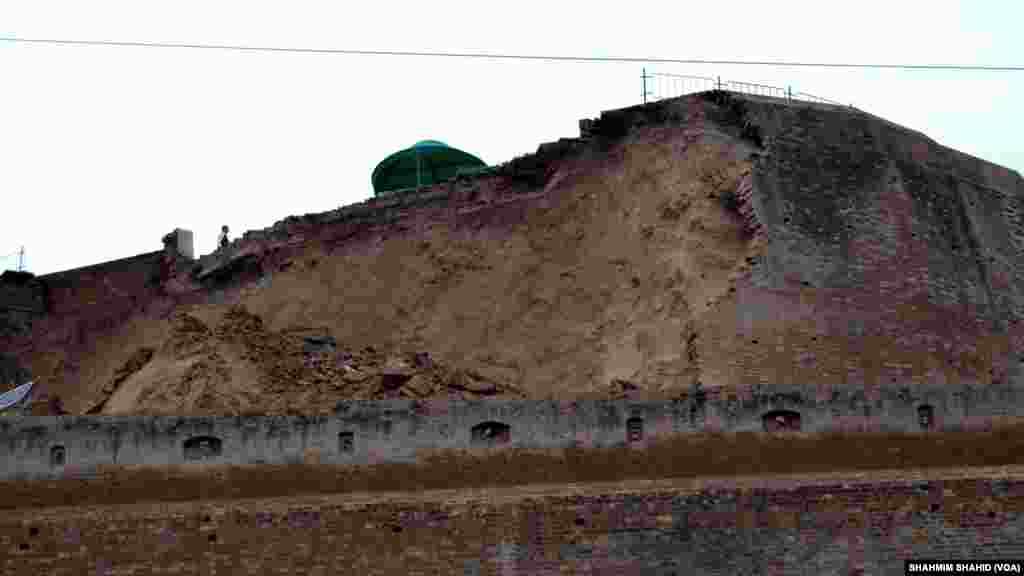 A wall of a fort used by security forces was damaged by the 7.5-magnitude earthquake, in Peshawar, Pakistan, Oct. 26, 2015.