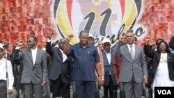 Vice-presidente angolano, Manuel Vicente, ao centro, nas comemorações do Dia da Independência, no Namibe, a 11 de Novembro de 2012 (VOA / Armando Chicoca)