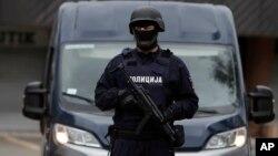 ARHIVA - Sprski policajac na zadatku (Foto: AP/Darko Vojinović)