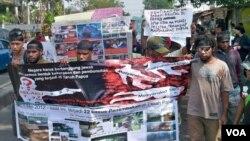 Mahasiswa Papua di Surabaya menuju gedung Grahadi untuk melakukan unjuk rasa menuntut dihentikannya tindak kekerasan di Papua