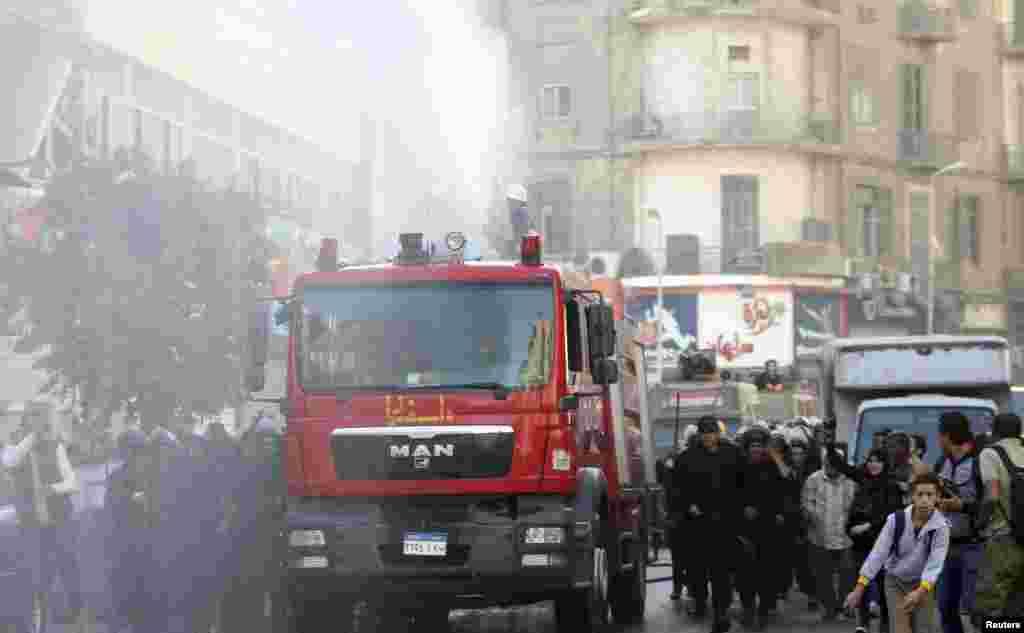 Polis nümayişçilərə qarşı suvuran maşınlardan istifadə edir - Qahirə, 26 noyabr, 2013