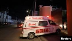 Sebuah ambulan membawa korban cedera dari serangan kelompok militan al-Shabab di sebuah hotel, tiba di Rumah Sakit Shaafi di Mogadishu, Somalia, 10 Desember 2019.