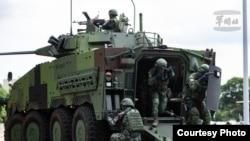 台灣漢光演習CM34甲車搭載憲兵準備下車戰鬥,掃蕩突入敵特攻人員。(台灣國防部提供)