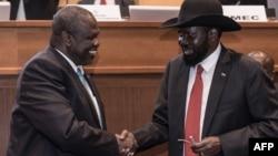 La présidente du Sud-Soudan Salva Kiir (à droite) et son ancien vice-président, le chef des rebelles Riek Machar (à gauche), se serrent la main à Addis-Abeba, le 12 septembre 2018.