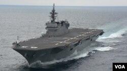 """目前能搭載14艘直升機的""""出雲號""""被中國等稱為準航母 (日本海上自衛隊檔案圖片)"""