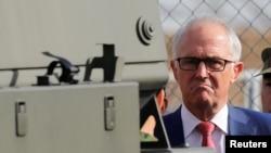 澳洲總理特恩布林在日本東京以東的船橋市舉行的一次軍事演習期間視察一輛軍車