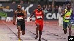 Tyson Gay (trái) đang dẫn trước Richard Thompson của Trinidad và Tobago (giữa) trong cuộc thi 100 mét tại cuộc thi điền kinh quốc tế tại Paris, Pháp, ngày 7 tháng 7 năm 2014.