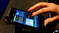 El BlackBerry Z10 posee una pantalla táctil en un esfuerzo por competir contra otros teléfonos inteligentes como el iPhone y los Android.