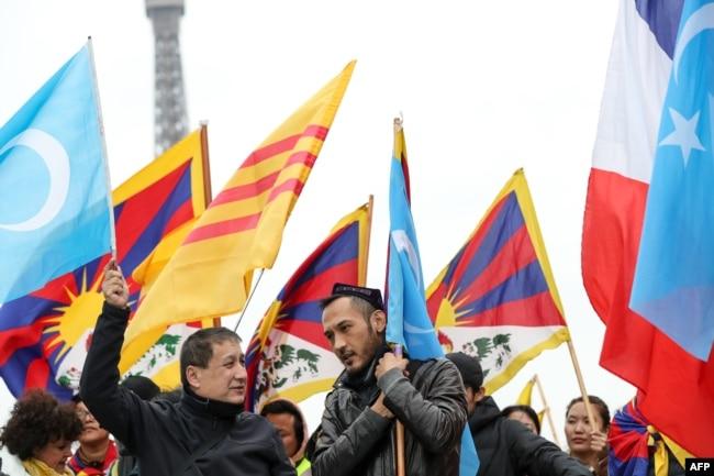 法國的維吾爾族和藏族示威者2019年3月24日在巴黎艾菲爾塔附近的托克羅德羅廣場遊行,抗議習近平。
