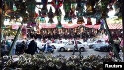 Một cửa hàng treo đầy các đèn lồng Ramadan truyền thống được gọi là 'fanous' trước Tháng Chay Ramadan ở Cairo, 27/6/2014.