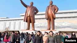 지난달 15일 김정일의 76번째 생일을 맞아 북한 여성들이 평양 만수대 언덕의 김일성, 김정일 동상에 참배한 후 돌아가고 있다.