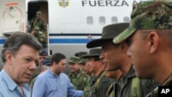 Colombia's President Juan Manuel Santos (L) greets troops upon his arrival to Arauca City, March 18, 2012. Eleven soldiers were killed on Saturday in aa attack by FARC rebels in the worst hit in recent months for the Colombian army forces, authorities sai