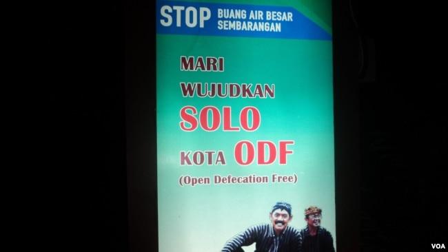 Papan informasi Pemkot Solo menggunakan bahasa campuran Indonesia dan Inggris. (Foto: VOA/Yudha S)