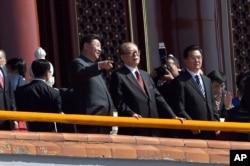 Chủ tịch Trung Quốc Tập Cận Bình nói chuyện với cựu Chủ tịch Giang Trạch Dân trong cuộc diễu hành quân sự kỷ niệm 70 năm kết thúc Thế chiến II ở Bắc Kinh, ngày 3/9/2015.
