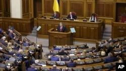 یوکرائن کے صدر پوروشینکو پارلیمان کے اجلاس سے خطاب کر رہے ہیں۔