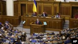 ປະທານາທິບໍດີ ເປໂຕຣ ໂປໂຣເຊັງໂກ ກ່າວຖະແຫລງ ໃນລະຫວ່າງ ກອງປະຊຸມ ລັດຖະສະພາ ໃນນະຄອນຫຼວງ ກີຢິບ ຂອງຢູເຄຣນ Kyiv, ວັນທີ 26 ພະຈິກ 2018.