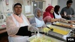 Desi Senior Center menyediakan makanan halal bagi para lansia di New York yang mayoritas berasal dari Bangladesh. (Foto: R. Taylor/VOA)