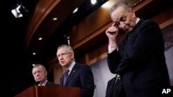 Líderes demócratas Harry Reid (centro), Richard Durbin (izquierda) y Charles Shumer, durante una conferencia de prensa en el Capitolio.