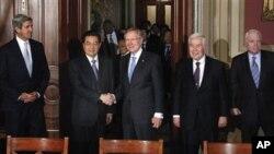 美国会参议院多数党领袖里德会见胡锦涛主席。参加会见的还有 参议员克里(左一)卢格(右二)和麦凯恩(右一)