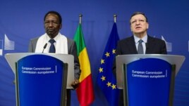European Commission President Jose Manuel Barroso, right, and Mali's President Dioncounda Traore address the media after a meeting at the European Commission headquarters in Brussels, Belgium, May 14, 2013.