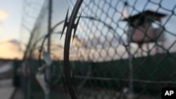 ຕາເວັນກຳລັງຂຶ້ນຢູ່ຄຸກກັກຂັງ ທີ່ອ່າວ Guantanamo ຖານທັບ ເຮືອສະຫະລັດ ໃນປະເທດຄິວບາ.
