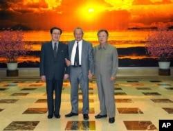 지난 2011년 1월 평양을 방문한 나기브 사위리스 오라스콤 회장(가운데)이 김정일 북한 국방위원장(오른쪽), 장성택 국방위 부위원장과 기념사진을 찍었다.