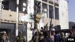 Los rebeldes ingresaron al complejo de Gadhafi, donde rodearon el monumento erigido por Gadhafi sobre el derribo de un avión estadounidense hace más de dos décadas.