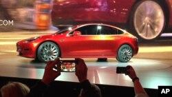Mobil listrik 'Model 3' produksi terbaru Tesla Motors dipamerkan di Hawthorne, California, Kamis (31/3).