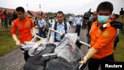 Các toán tìm kiếm đã vớt một số hành lý và những bộ phận nhỏ hơn của máy bay, trong đó có những chiếc ghế hành khách và một cánh cửa thoát hiểm.