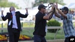 """Los cuidadores de """"I´ll Have Another"""" Inocencio Diaz y Benjamin Pérez celebran la victoria en el Preaknnes junto a Jack Sistrunk."""