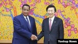 윤병세 한국 외교부 장관(오른쪽)과 이브라힘 간두르 수단 외교부 장관이 1일 서울 세종로 외교부에서 회담을 갖기에 앞서 악수하고 있다.