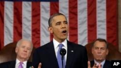 """Prezidan Barack Obama nan mesaj sou """"Eta Inyon"""" an, madi 12 fevriye 2013. A dwat: Prezidan Chanm Reprezantan an, John Boehner (depite Ohio); a goch: Vis Prezidan Joe Biden."""