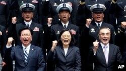 Tư liệu: TT Đài Loan Thái Anh Văn, cùng với Bộ Trưởng Quốc Phòng Feng Shih-kuan, phải, và Tổng Thư Ký Hội đồng An ninh Quốc gia Joseph Wu, trái, trong một chuyến thăm Căn cứ Hải quân ở Kaohsiung, (AP Photo/Chiang Ying-ying)