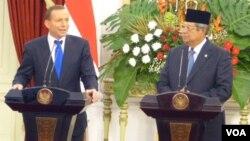 Presiden SBY (kanan) memberi keterangan pers bersama PM Australia Tony Abbott setelah pertemuan di Istana Merdeka, Jakarta Senin sore 30/9 (foto: Andylala/VOA).
