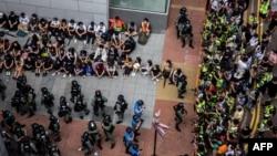 利用午餐時間抗議國旗法的香港示威者被警察圍捕。(2020年5月27日)