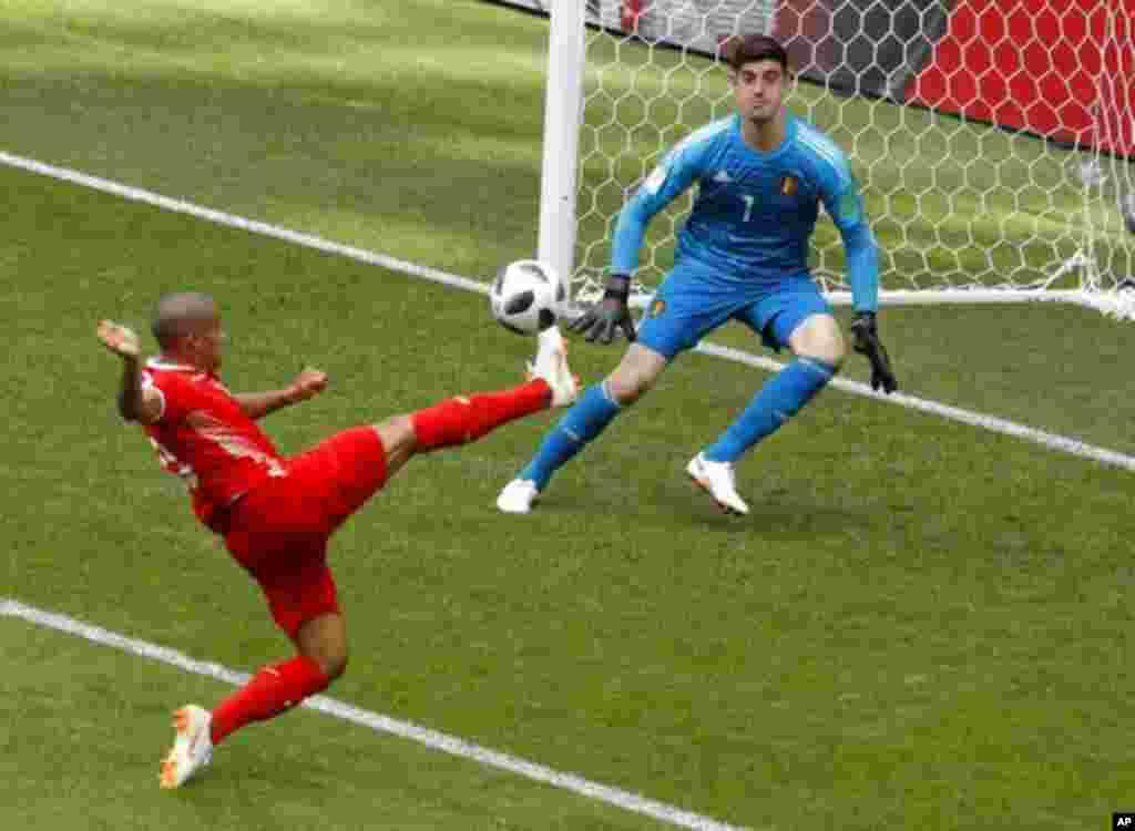 «وهبی خزری» بازیکن تونس در مقابل بلژیک. بلژیک این بازی را ۵ بر دو برد. از بلژیک به عنوان پدیده جام جهانی امسال یاد می شود.