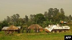 Une patrouille bangladaise de la Mission de stabilisation de l'Organisation des Nations Unies en République démocratique du Congo (MONUSCO) passe près des soldats congolais à Gety, près de Kaswara, dans la province de l'Ituri, le 26 janvier 2016.
