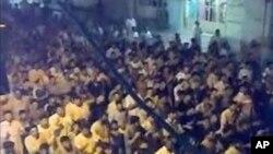 Masu zanga zanga suke rera baitoci a kauyen Taybet Al-Imam kusa da Hama, August 1, 2011