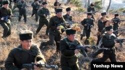 북한 조선중앙통신이 13일 보도한 노농적위대 훈련 장면. 북한은 이란에 이어 미국인들이 좋아하지 않는 나라 2위로 꼽혔다.